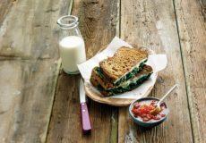 Kook met spinazie voor lunch en diner